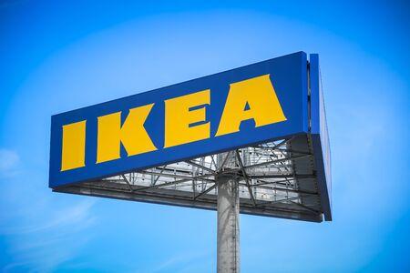 Zagreb, Kroatië - 17 augustus 2019: Groot bord Ikea voor het Ikea-winkelcentrum in Zagre, Kroatië.