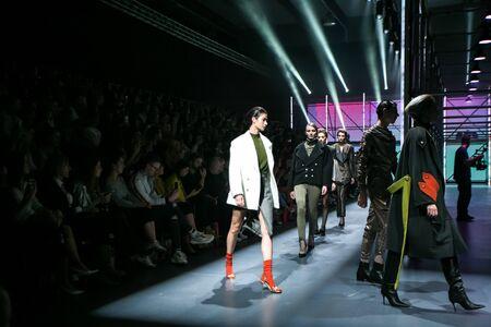 Zagreb, Kroatien - 24. Oktober 2019: Ein Modell, das die Modekollektion von Les Emaux auf dem Laufsteg bei der Modenschau Bipa Fashion.hr in Zagreb, Kroatien, trägt. Editorial