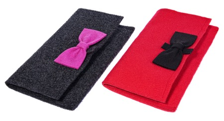 pochette: A felt, textile ladies handbags, handmade purses with bows in the color black, pink, red. Textile bags for small items, on a white background.