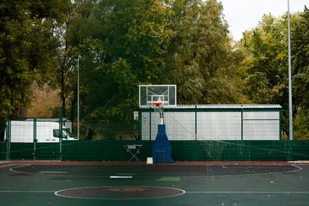 Outdoor public basketball field in the city park Stockfoto