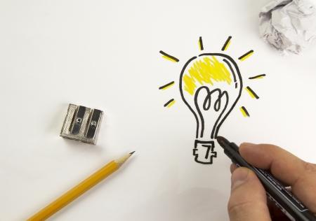 creador: Bulbo pintado en un papel con marcador negro