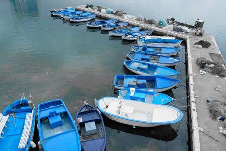プーリア州の青い漁船