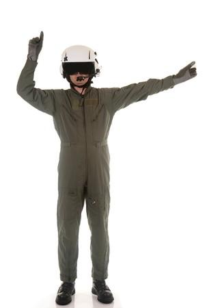 retardant: Pilota militare con casco bianco marshalling aerei su uno sfondo bianco