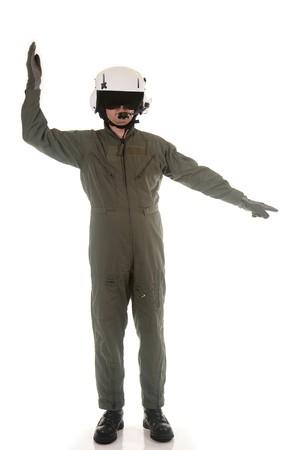 retardant: Pilota militare con casco bianco marshalling aeromobile su uno sfondo bianco
