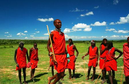 Massai Krieger tanzenden traditionelle Tanz. Afrika. Kenia. Masai Mara. Editorial