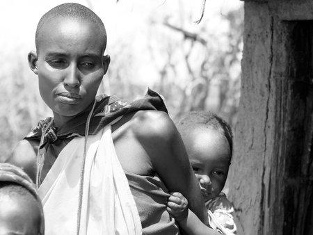 arme kinder: Portrait einer afrikanischen Mutter und Kind.