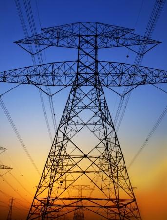 Elektriciteit Pylon tegen blauwe hemel. Schade aan het milieu