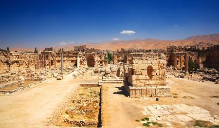 columnas romanas: Columnas romanas de ciudad de J�piter templo antiguas, Baalbek, L�bano  Foto de archivo