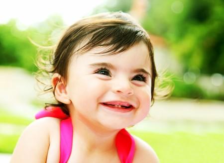 giggle: Feliz ni�a riendo, retrato de portarretrato al aire libre