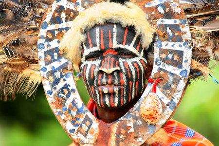Retrato de un hombre africano con rostro tradicionalmente pintado