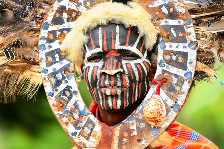 the national flag of kenya: Retrato de un hombre africano con rostro tradicionalmente pintado