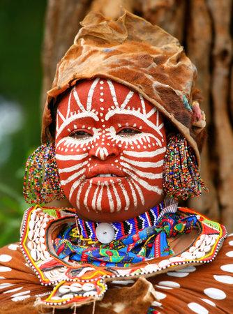 tribu: Retrato de una mujer africana con rostro tradicionalmente pintado