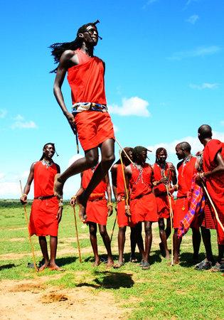 the tribe: �frica tradicional Salta, los guerreros Masai Mara bailando, Kenya  Editorial