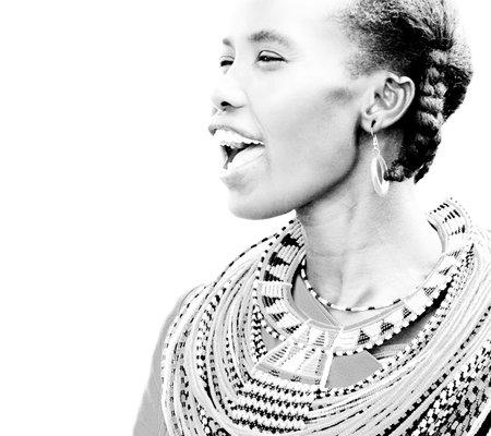 tribu: Retrato de una mujer africana que vestida tradicionalmente