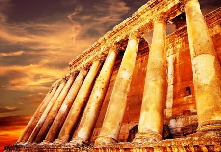 j�piter: Templo de antiguas columnas romanas J�piter durante la puesta de sol, Baalbek, L�bano  Foto de archivo