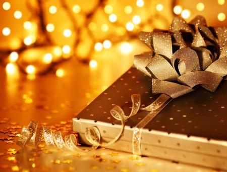 envolturas: Navidad oro decoraci�n ornamento y vacaciones con caja de regalo de �rbol & luces de desenfoque  Foto de archivo