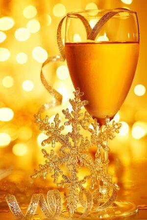 atmosfere: Drink di vacanza romantica, la celebrazione del Natale o la vigilia di Capodanno, festa con champagne e decorazione di ornamento oro festivo
