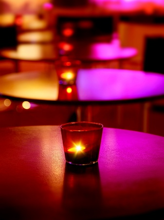 Romantische interieur van een luxe restaurant met warme gezellige kaarslicht  Stockfoto