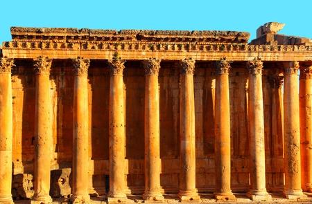 columnas romanas: Templo antiguas columnas romanas de J�piter en el cielo azul, Baalbek, L�bano