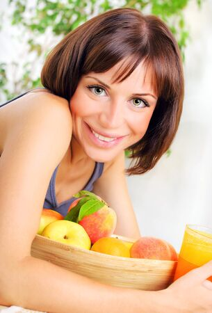 with orange and white body: Retrato de joven saludable con taz�n de frutas frescas, el concepto de la dieta, la alimentaci�n saludable & la p�rdida de peso