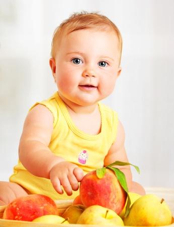 baby gesicht: Kleines Baby Auswahl Fr�chte, Closeup Portrait, Konzept der Gesundheitsversorgung & gesunde Kinderern�hrung