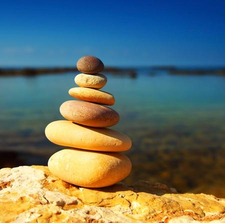 balanza: Piedras de equilibrio spa Zen, sobre fondo azul mar tranquilo, imagen conceptual de relajaci�n & vacaciones Foto de archivo
