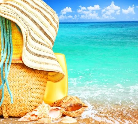 paisaje mediterraneo: Elementos de playa sobre imagen conceptual de mar azul de vacaciones de verano & vacaciones