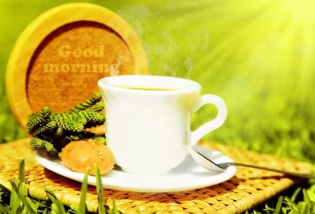 朝の飲料、紅茶、新鮮な緑の芝生の上のフランスのクルトンとコーヒー