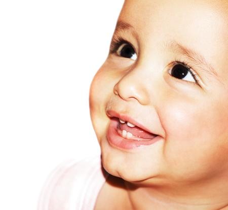 dientes sanos: Closeup retrato de rostro hermoso beb� feliz sobre fondo blanco