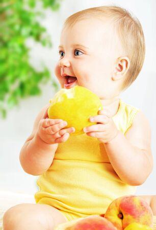 poco: Pequeño bebé comer apple, retrato de detalle, el concepto de salud & sana nutrición Foto de archivo