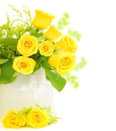 rosas amarillas: �Frontera frescas rosas amarillas aislada sobre fondo blanco?