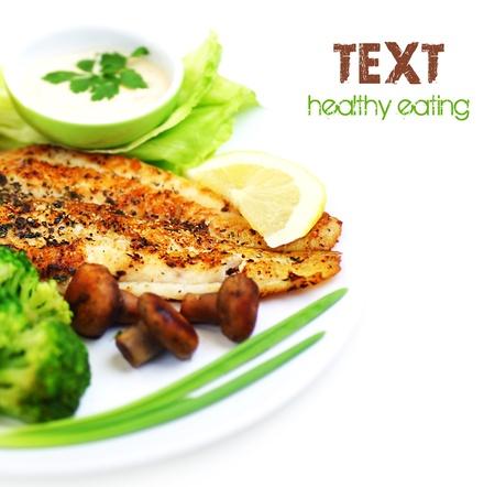 saludable: �Filete de pescado sano sabroso con verduras al vapor, aislado sobre fondo blanco, frontera con el espacio de texto?