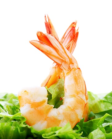 culinair: Groene salade met garnalen geïsoleerd op een witte achtergrond, gezond eten concept Stockfoto
