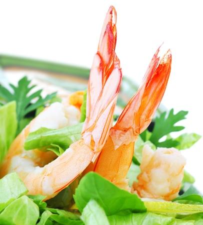 Grüner Salat mit Garnelen isolated on white Background, healthy eating Konzept Standard-Bild