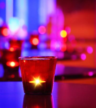 atmosfera: Rom�ntico interior de un restaurante de lujo con velas acogedor caliente Foto de archivo