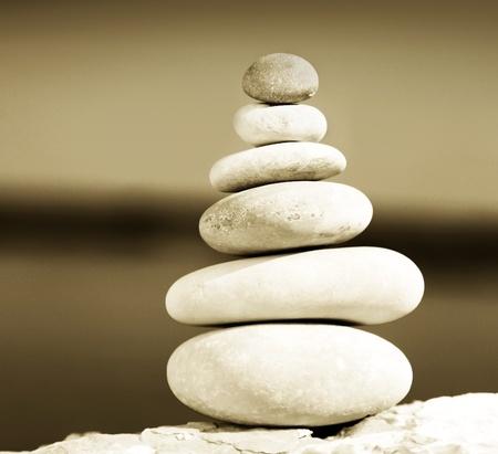 piedras zen: Equilibrio Zen piedras sepia en tonos, imagen conceptual de relajaci�n & vacaciones