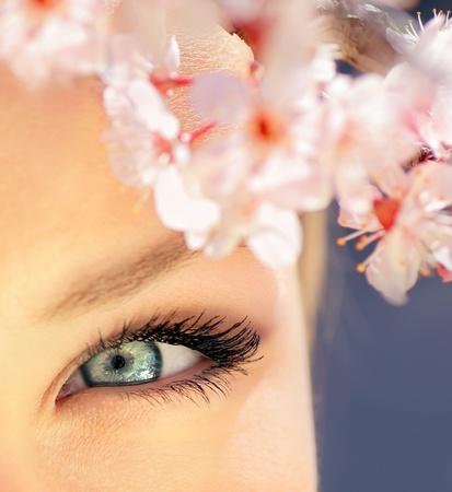 Hermosa abstracta ojo azul rodeado de flores
