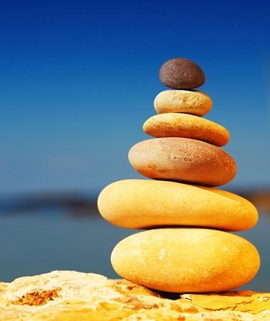Zen spa evenwicht stenen, over blauw kalme zee achtergrond, conceptuele afbeelding van ontspanning & vakantie Stockfoto - 9763052
