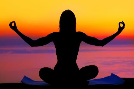 manos levantadas al cielo: Mujer sana hacer yoga al aire libre, puesta de sol sobre el mar, concepto de atenci�n & meditaci�n del cuerpo