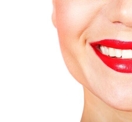 Perfecta sonrisa con dientes blancos saludables y labios rojos, concepto de cuidado dental