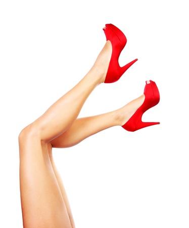 benen: Mooie vrouwelijke benen met rode hakken geïsoleerd op witte achtergrond Stockfoto