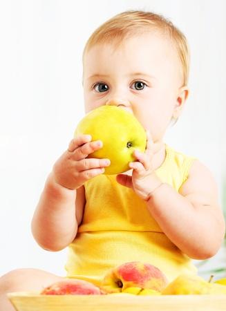 ni�os comiendo: Peque�o beb� comer apple, retrato de detalle, concepto de nutrici�n infantil de salud & saludable
