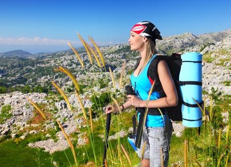 Travel Backpack: Chica de viaje con mochila senderismo en las monta�as, turismo ecol�gico, concepto de libertad