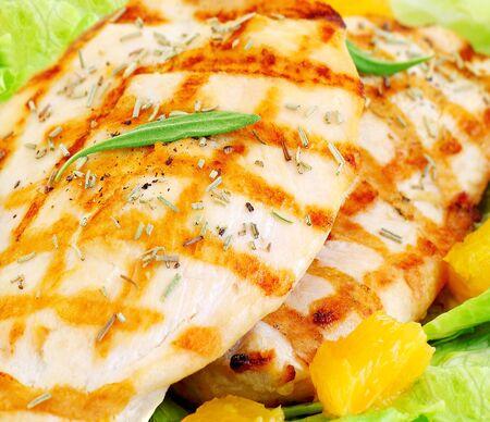 pollo asado: Filete de pollo a la parrilla con Romero y naranja, sabrosa comida, concepto de alimentaci�n sana Foto de archivo