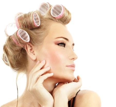 peluquerias: Retrato de ni�a con estilo con rulos maquillaje y cabello de moda, aislado en concepto de tratamiento de belleza, cabello y fondo blanco