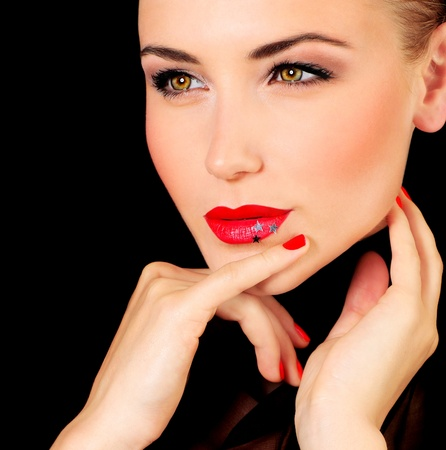 labios rojos: Retrato femenino hermosa glamour, moda maquillaje elegante decorado con estrellas Foto de archivo