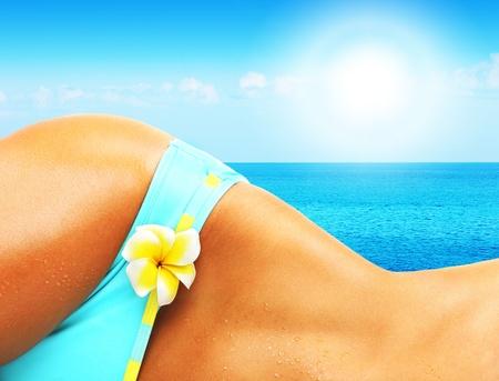 getaways: Bello cuerpo de la mujer en la playa, la imagen conceptual de vacaciones, spa, viajes y verano vacaciones