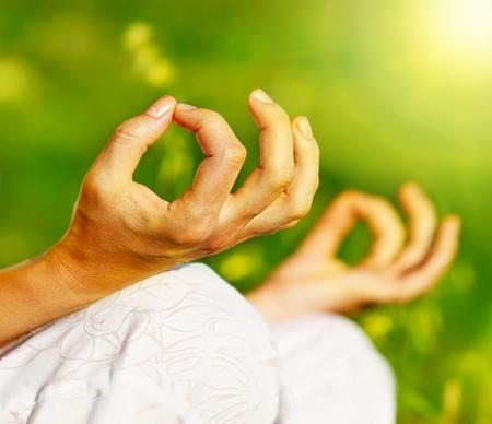 mujer meditando: Hembra de al aire libre, sana de meditaci�n de yoga en concepto de equilibrio de paz, alma y mente zen