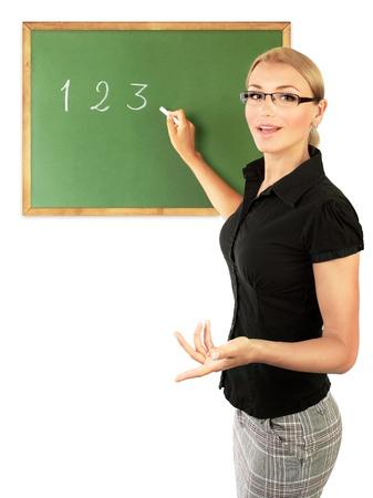 docenten: Jonge leraar schriftelijk nummers op het bord, op een witte achtergrond, conceptueel beeld van het onderwijs