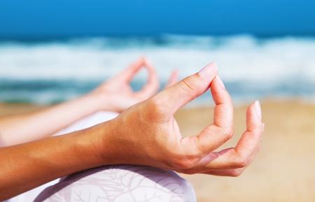 Meditación de yoga en la playa, mujeres saludables en concepto de equilibrio de paz, el alma y la mente zen